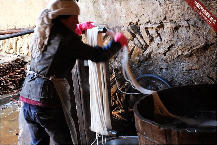 随着科技进步,传统的手工粉条制作正逐步消失。现在完全的手工制作已经很难见到,在甘肃宕昌的哈达铺,路边很多晾晒的粉条,下去观看,他们介绍去作坊看看。这就去看了看作坊,这里基本上是完全的手工做法,只不过工具略有改进。 传统的做法是,先起一个炉灶,准备一口大锅,两个水缸。工序主要有和面、漏粉、冷却、晾晒。和面是把准备好的淀粉用热水调成糊状,再用开水边冲边搅拌成透明均匀的糊状。漏粉是把制备好的淀粉糊状做成面团放入漏勺中,漏勺漏眼6-8毫米,漏勺距热水锅55-65厘米(距离锅高漏的粉条细,距离锅低漏的粉条粗),热水